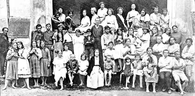 Л.М.Арманд (в центре) с воспитанниками школы-колонии